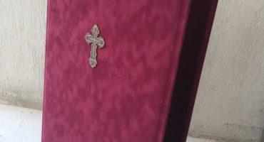 Cutii icoane legate în plus cu cruce gravată